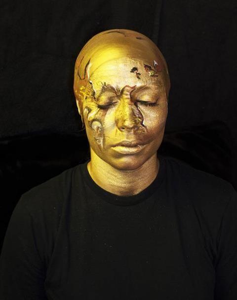 Sửng sốt với nghệ sĩ 'biến hình' thành cúp vàng World Cup - ảnh 1
