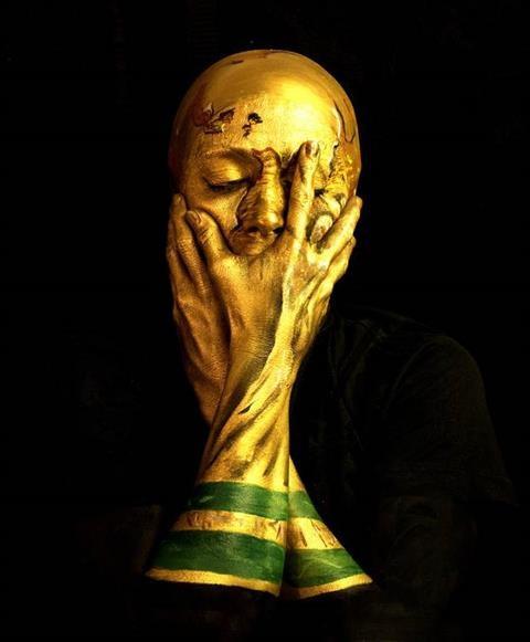 Sửng sốt với nghệ sĩ 'biến hình' thành cúp vàng World Cup - ảnh 2