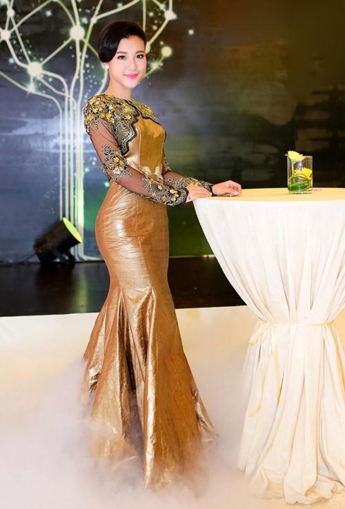 Hoàng Oanh khoe lưng trần sexy - ảnh 1