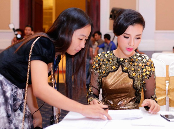 Hoàng Oanh khoe lưng trần sexy - ảnh 4