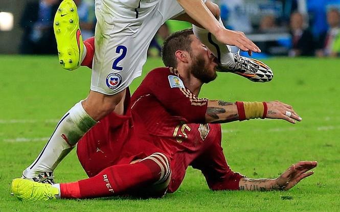 Nét mặt 'khó đỡ' của các sao trên sân cỏ World Cup - ảnh 15