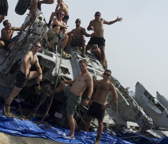 Cận cảnh lính Mỹ trục vớt tiêm kích F/A-18 dưới biển - ảnh 11