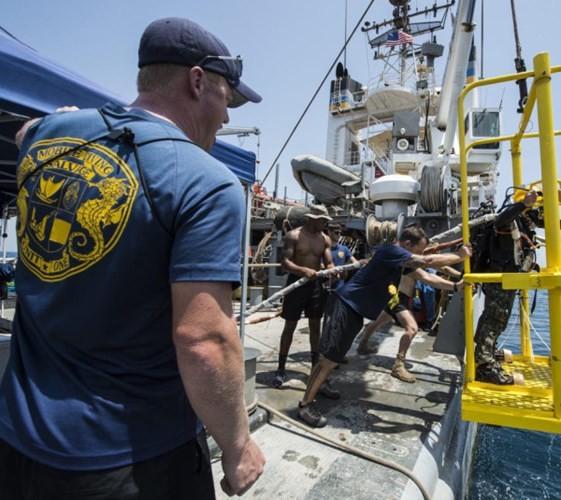 Cận cảnh lính Mỹ trục vớt tiêm kích F/A-18 dưới biển - ảnh 2