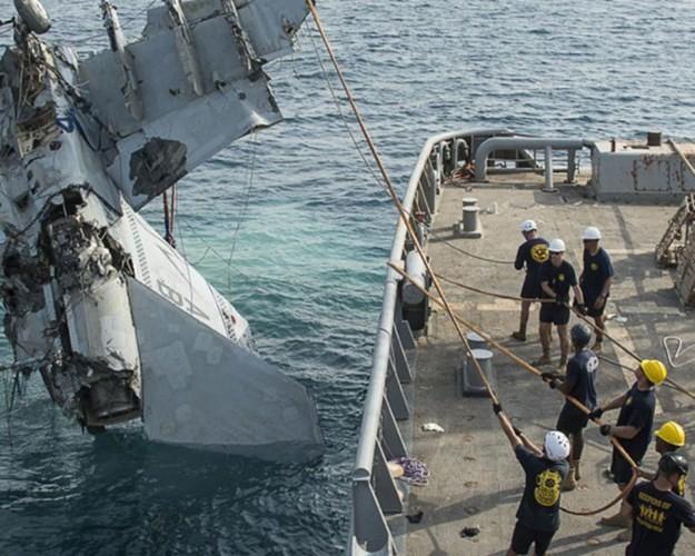 Cận cảnh lính Mỹ trục vớt tiêm kích F/A-18 dưới biển - ảnh 3