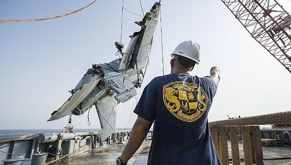 Cận cảnh lính Mỹ trục vớt tiêm kích F/A-18 dưới biển - ảnh 6