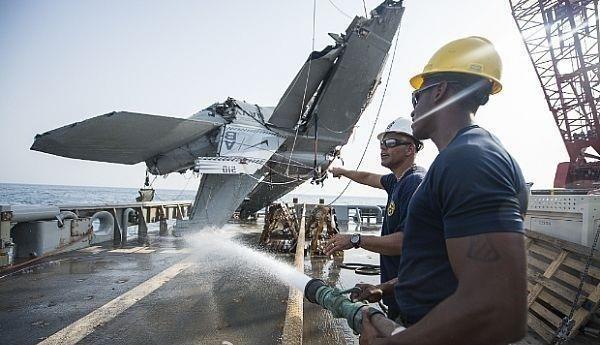 Cận cảnh lính Mỹ trục vớt tiêm kích F/A-18 dưới biển - ảnh 7