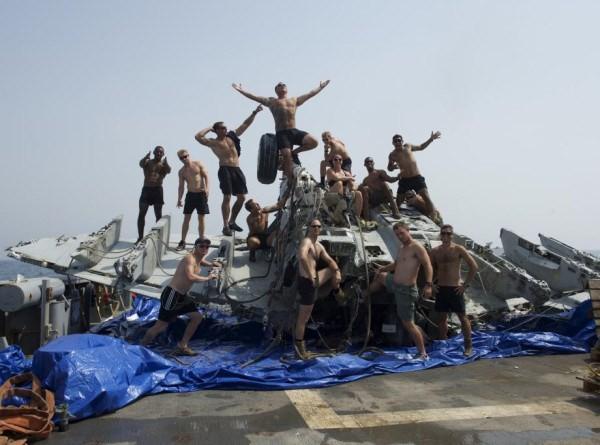Cận cảnh lính Mỹ trục vớt tiêm kích F/A-18 dưới biển - ảnh 8