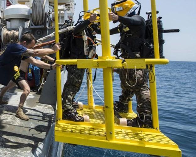 Cận cảnh lính Mỹ trục vớt tiêm kích F/A-18 dưới biển - ảnh 1