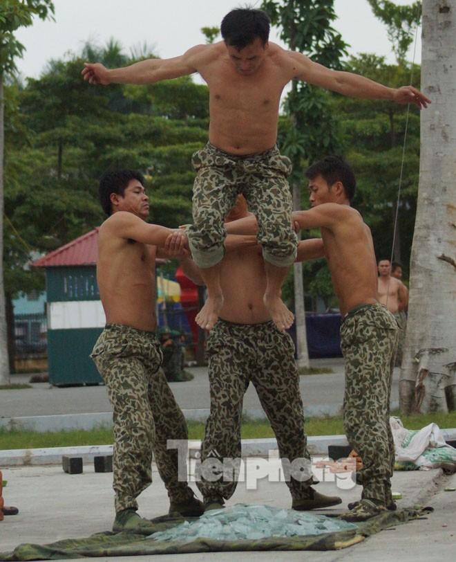 Cận cảnh võ thuật siêu phàm của đặc công Việt Nam - ảnh 10