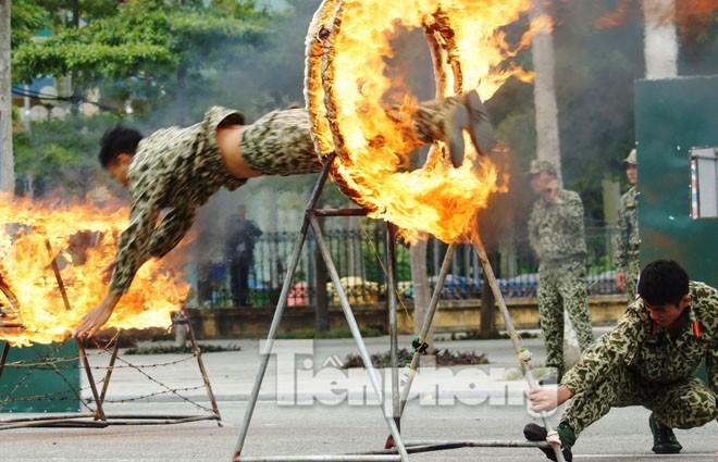Cận cảnh võ thuật siêu phàm của đặc công Việt Nam - ảnh 2