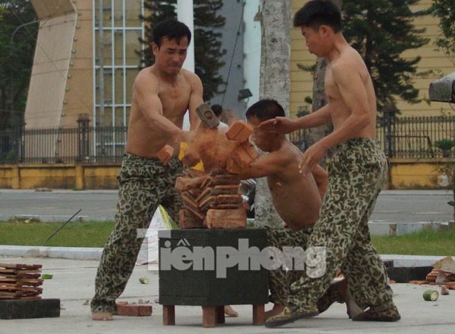 Cận cảnh võ thuật siêu phàm của đặc công Việt Nam - ảnh 7