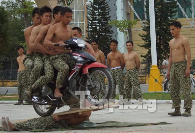 Cận cảnh võ thuật siêu phàm của đặc công Việt Nam - ảnh 9