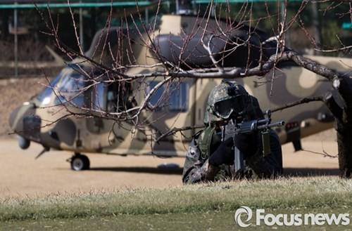 Tận thấy trực thăng 'khủng' Surion Hàn Quốc lần đầu tập trận - ảnh 7