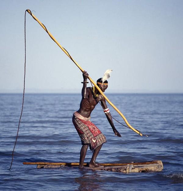 Lạ kỳ bộ tộc dùng cơ thể làm mồi săn hà mã và cá sấu - ảnh 1