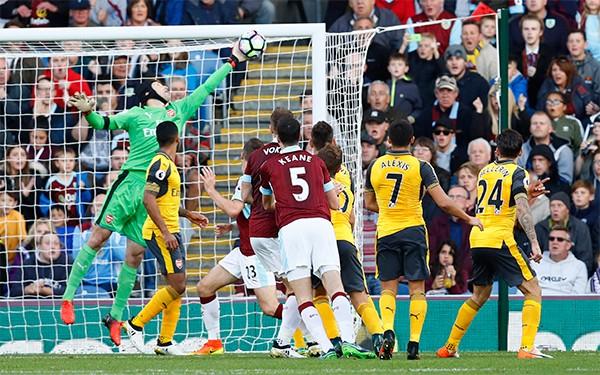 Arsenal thắng nhờ pha ghi bàn gây tranh cãi ở phút 93 - ảnh 1