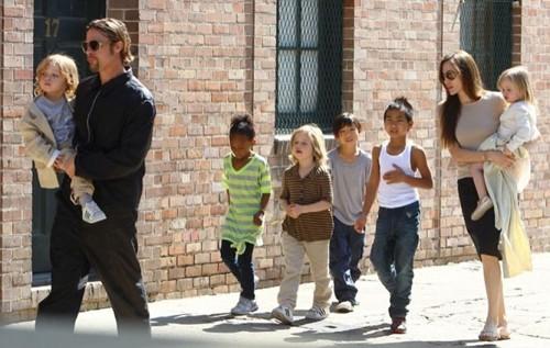 Angelina Jolie gầy gò khi xuất hiện công khai sau ly hôn - ảnh 2