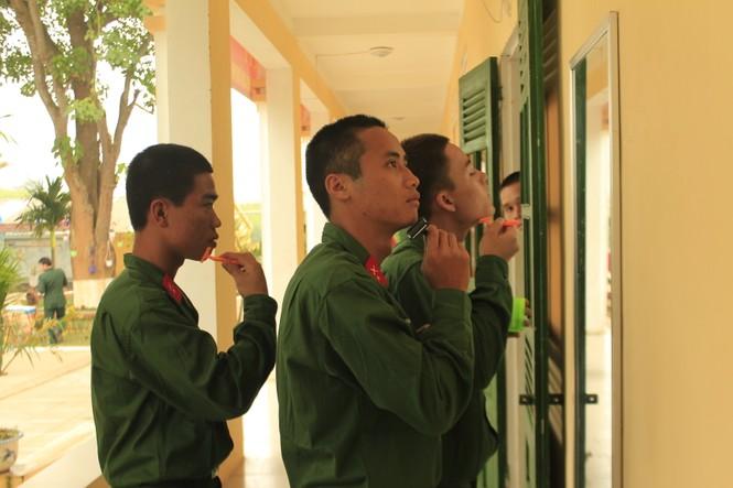 Cuộc sống ngày đầu của những chiến sĩ mới nhập ngũ - ảnh 10