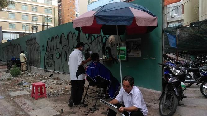 Cận cảnh vỉa hè ở trung tâm TPHCM bị tái chiếm trở lại - ảnh 7