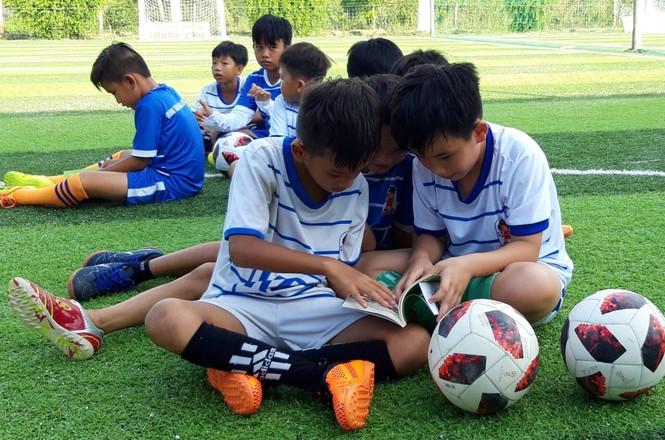 'Thần đồng bóng đá' Việt Nam mở trường dạy đá bóng  - ảnh 1