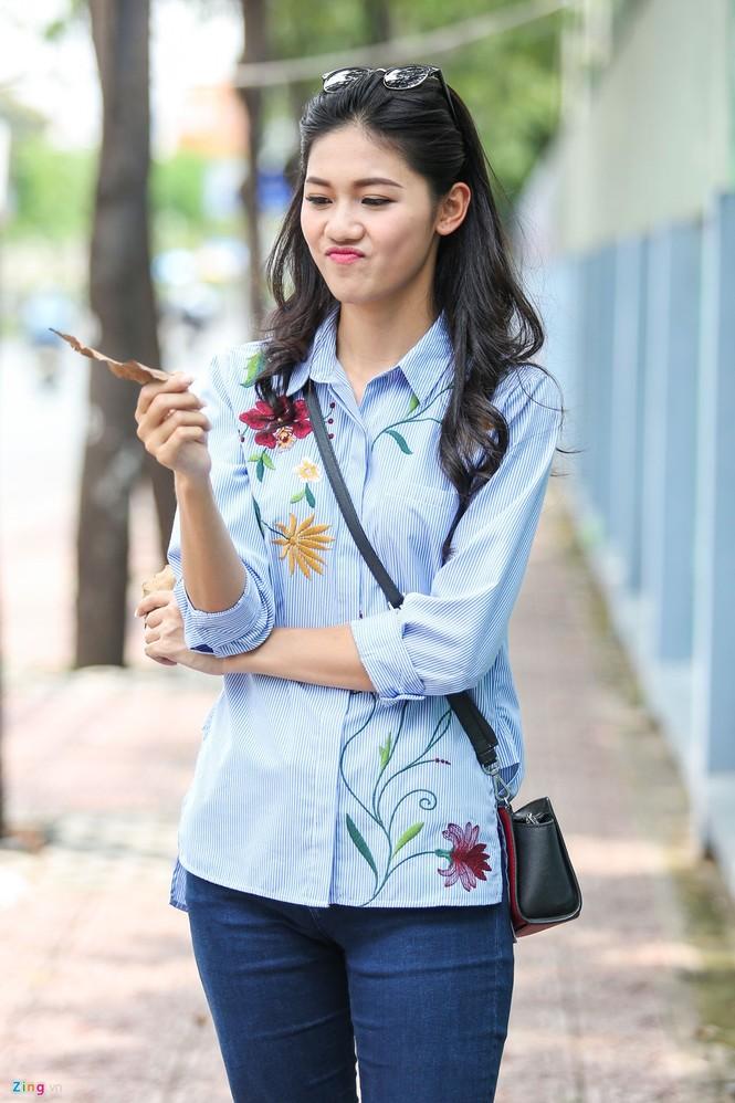Á hậu Thanh Tú 'ngọt lừ' bên ly nước mía vỉa hè Sài Gòn - ảnh 10
