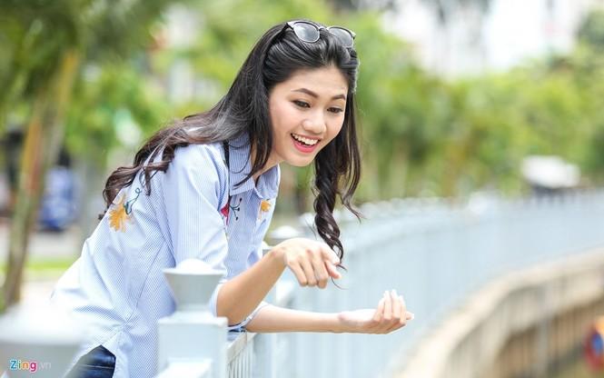 Á hậu Thanh Tú 'ngọt lừ' bên ly nước mía vỉa hè Sài Gòn - ảnh 11