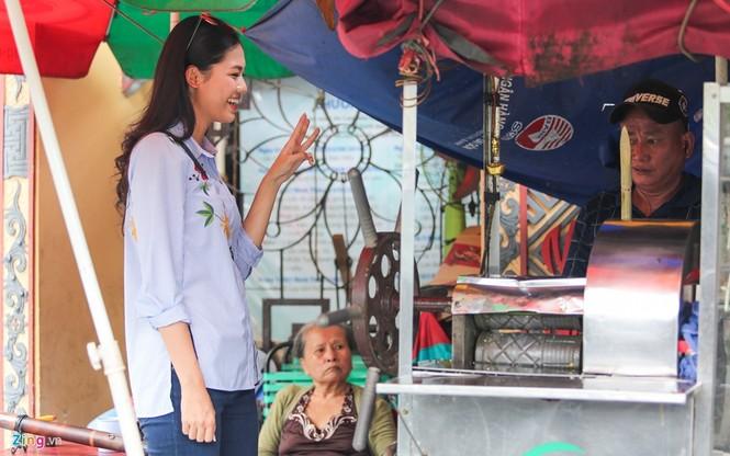 Á hậu Thanh Tú 'ngọt lừ' bên ly nước mía vỉa hè Sài Gòn - ảnh 1