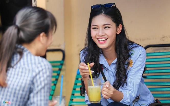 Á hậu Thanh Tú 'ngọt lừ' bên ly nước mía vỉa hè Sài Gòn - ảnh 2