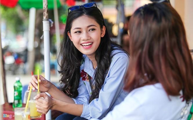 Á hậu Thanh Tú 'ngọt lừ' bên ly nước mía vỉa hè Sài Gòn - ảnh 3