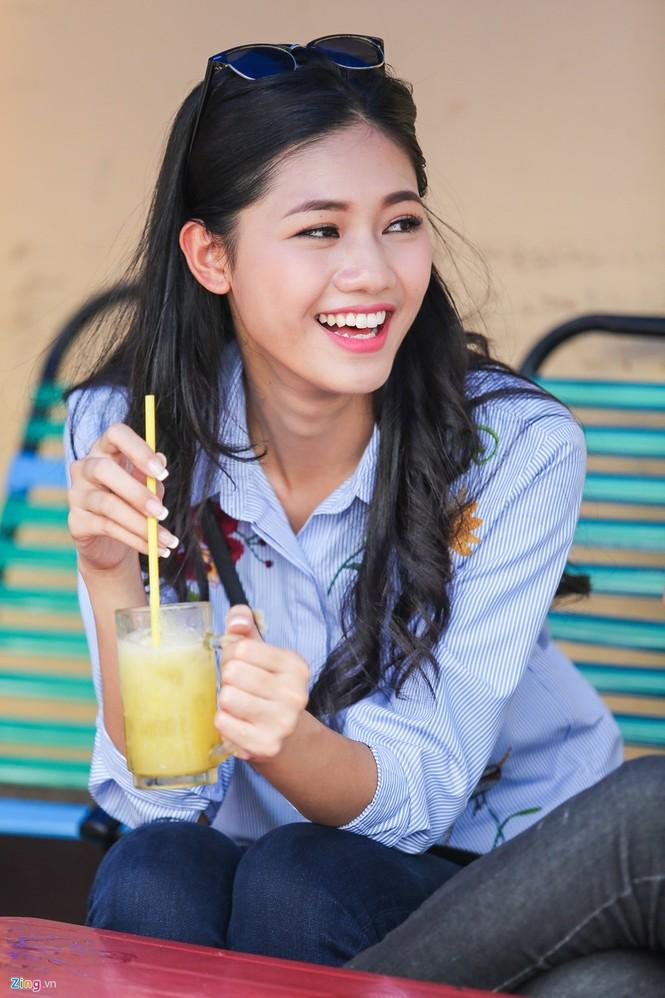 Á hậu Thanh Tú 'ngọt lừ' bên ly nước mía vỉa hè Sài Gòn - ảnh 4