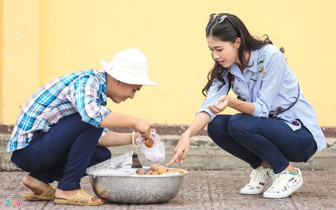 Á hậu Thanh Tú 'ngọt lừ' bên ly nước mía vỉa hè Sài Gòn - ảnh 6