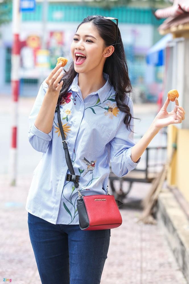 Á hậu Thanh Tú 'ngọt lừ' bên ly nước mía vỉa hè Sài Gòn - ảnh 7