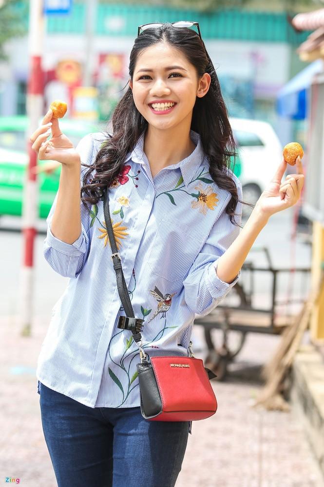 Á hậu Thanh Tú 'ngọt lừ' bên ly nước mía vỉa hè Sài Gòn - ảnh 8