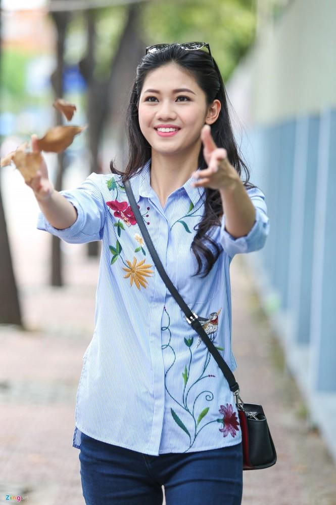 Á hậu Thanh Tú 'ngọt lừ' bên ly nước mía vỉa hè Sài Gòn - ảnh 9