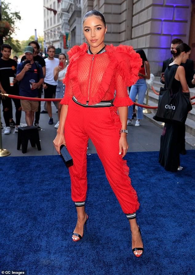 Olivia Culpo nổi bật với áo đỏ xuyên thấu, không nội y lộ vòng 1 nóng bỏng - ảnh 4