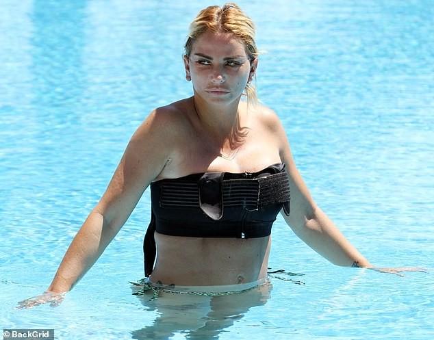 Katie Price mang mặt sẹo, bó căng ngực đi bơi hậu 'đại tu' ngoại hình - ảnh 1