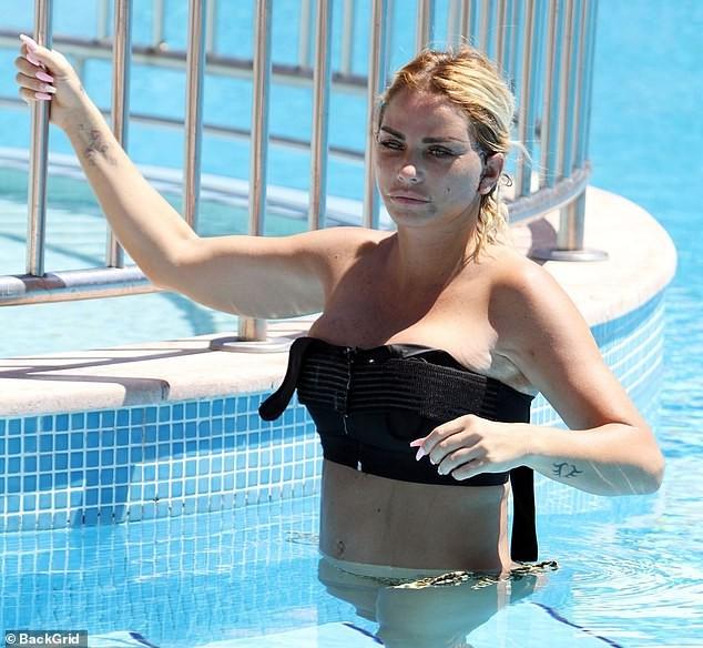 Katie Price mang mặt sẹo, bó căng ngực đi bơi hậu 'đại tu' ngoại hình - ảnh 3
