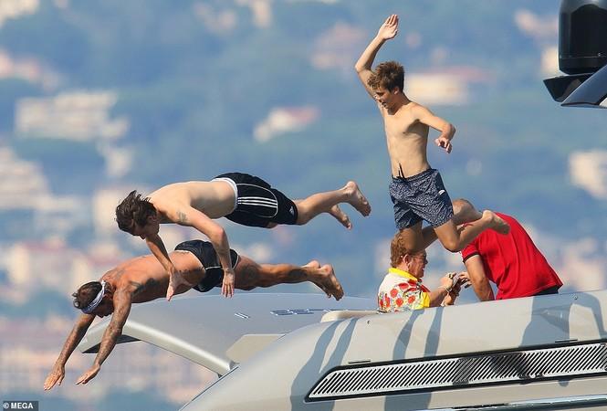 David Beckham khoe dáng 'ăn đứt' cậu cả, hôn vợ đắm đuối giữa tin đồn ly hôn - ảnh 9