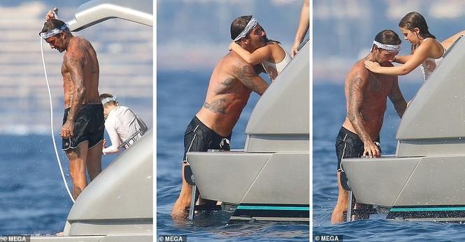 David Beckham khoe dáng 'ăn đứt' cậu cả, hôn vợ đắm đuối giữa tin đồn ly hôn - ảnh 4