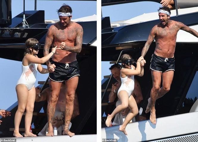 David Beckham khoe dáng 'ăn đứt' cậu cả, hôn vợ đắm đuối giữa tin đồn ly hôn - ảnh 5