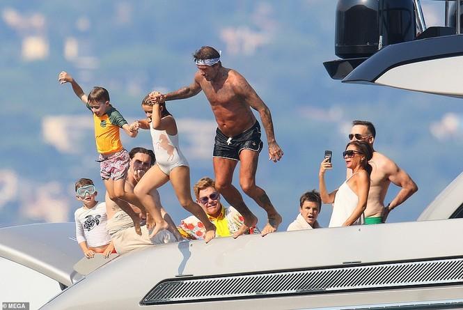 David Beckham khoe dáng 'ăn đứt' cậu cả, hôn vợ đắm đuối giữa tin đồn ly hôn - ảnh 1