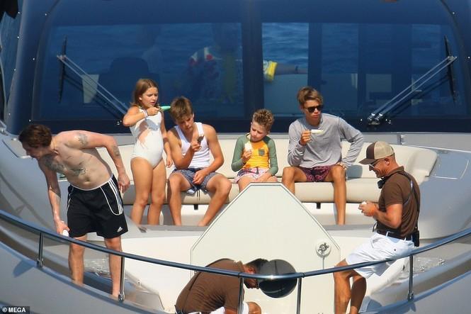 David Beckham khoe dáng 'ăn đứt' cậu cả, hôn vợ đắm đuối giữa tin đồn ly hôn - ảnh 13