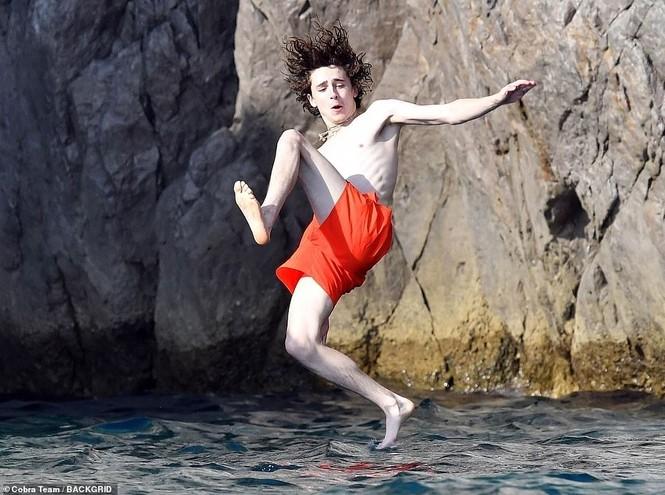 Ái nữ Johnny Depp diện bikini bé xíu hôn bạn trai đắm đuối trên biển - ảnh 9