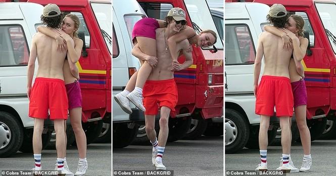 Ái nữ Johnny Depp diện bikini bé xíu hôn bạn trai đắm đuối trên biển - ảnh 10