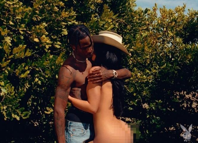 Kylie Jenner khoả thân ôm bạn trai dưới tán cây gây 'bão' mạng - ảnh 1