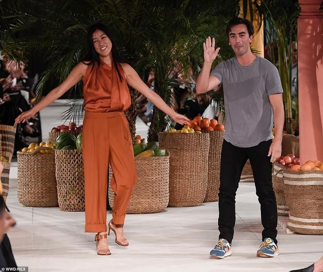 Priyanka Chopra diện váy khoét cổ khoe vòng một căng tràn - ảnh 11