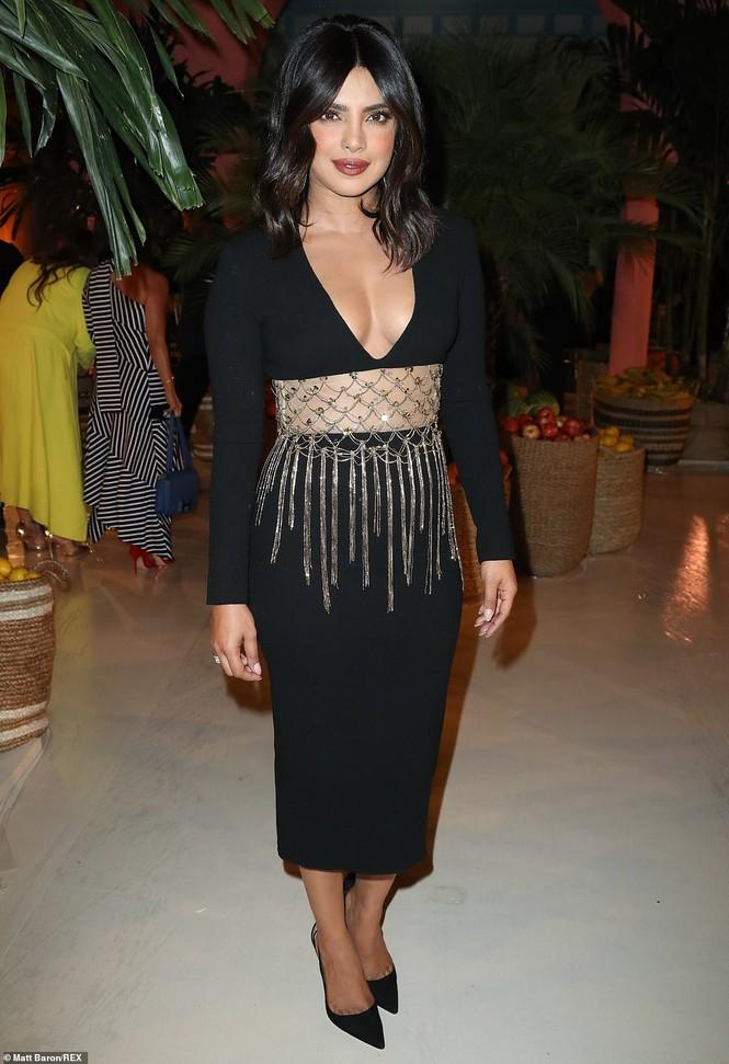 Priyanka Chopra diện váy khoét cổ khoe vòng một căng tràn - ảnh 1