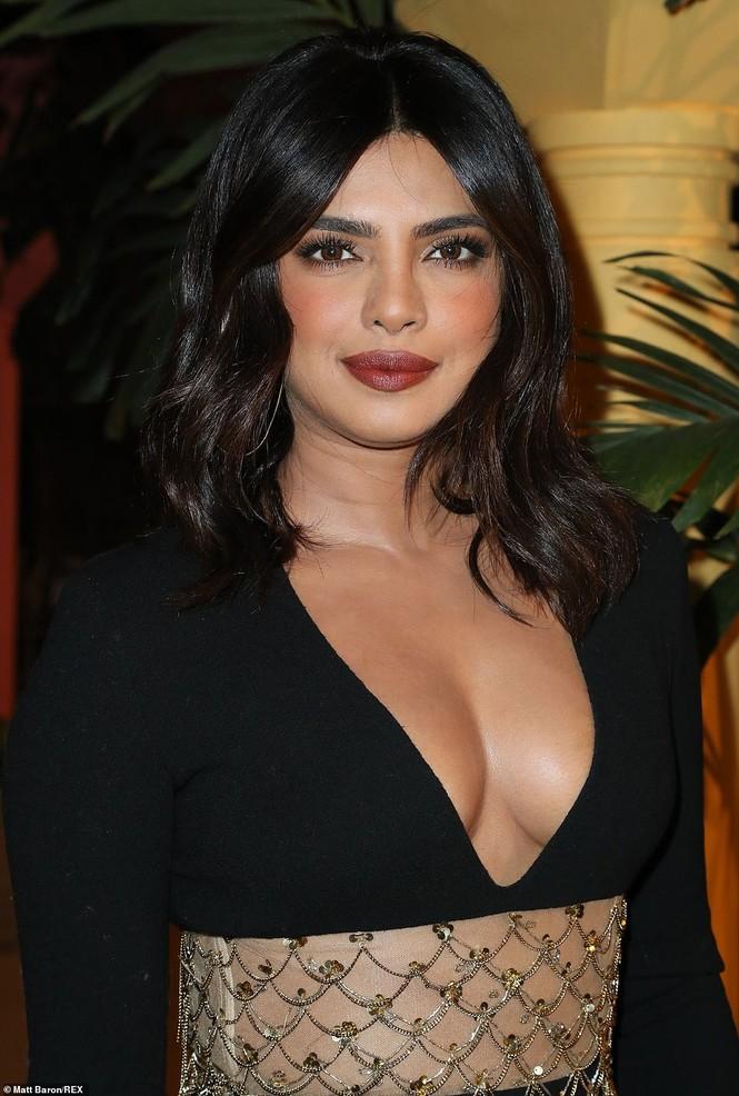 Priyanka Chopra diện váy khoét cổ khoe vòng một căng tràn - ảnh 4