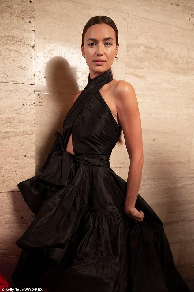 Irina Shayk và Candice Swanepoel đẹp động lòng người gây 'bão' sàn catwalk  - ảnh 3