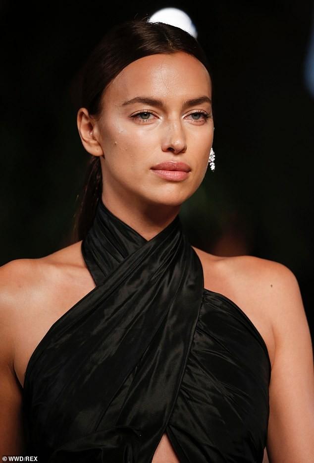 Irina Shayk và Candice Swanepoel đẹp động lòng người gây 'bão' sàn catwalk  - ảnh 4