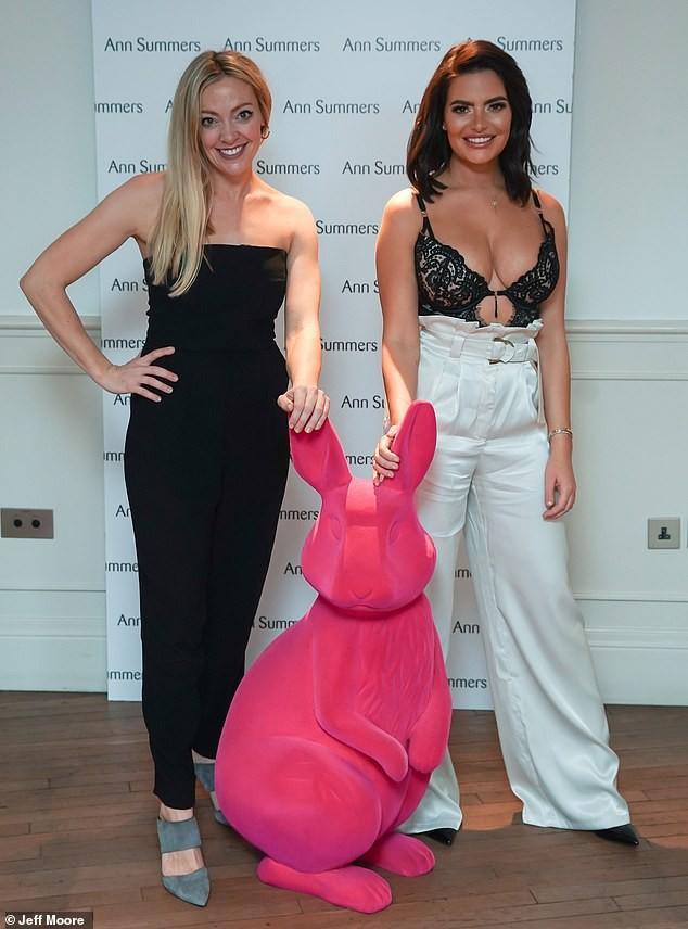 Cựu vũ nữ Anh diện áo bra ren khoe vòng một 'siêu khủng'  - ảnh 6